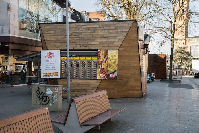HENGELO - De kiosk, waarin tot aan de brand in april, een snackbar was gevestigd.