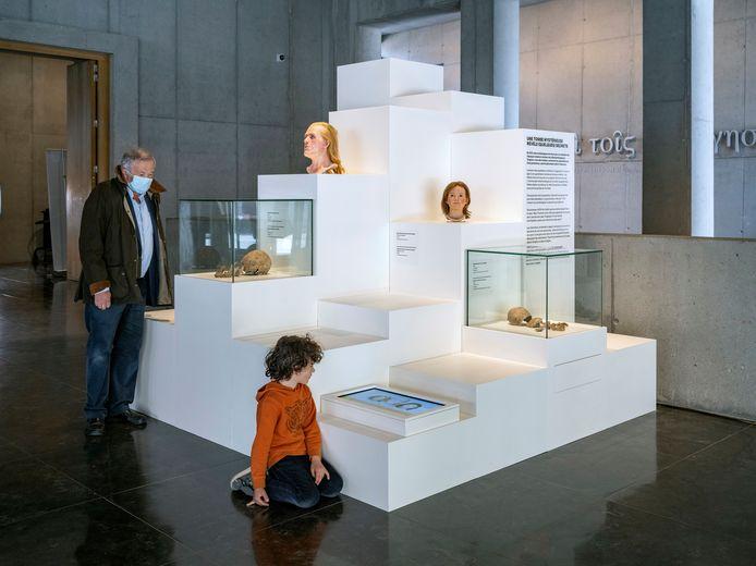 De reconstructies van de gezichten bevinden zich in de inkomhal van het museum.