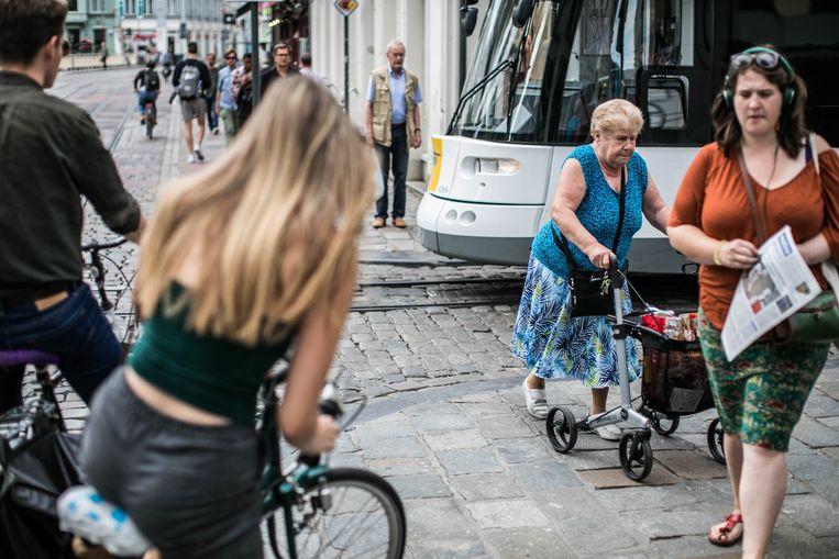 Fietsers en voetgangers bij tramsporen in Gent. Beeld BAS BOGAERTS
