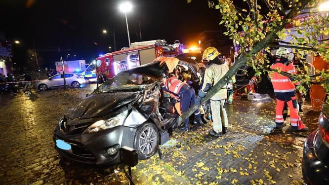 Auto ramt verschillende bomen in Brussel: chauffeur zit gekneld en moet bevrijd worden