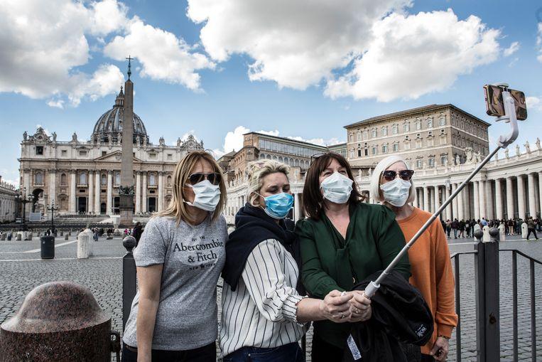 Toeristen maken een selfie op het Sint-Pietersplein in Rome. Beeld Getty Images