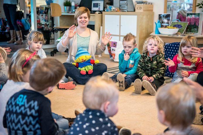 Joanne Reilly geeft Engelse les aan peuters op locatie Nobelhorst in Hulst.