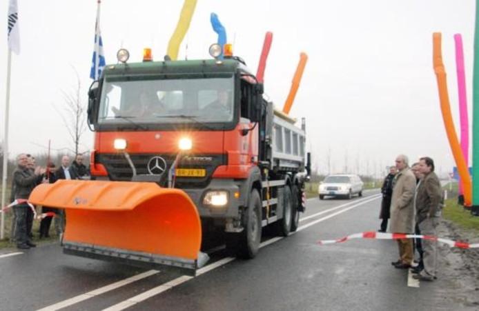 Wethouder Willy Schutte en gedeputeerde Harry Dijksma openden met een ritje in een sneeuwschuiver-vrachtwagen annex zoutstrooier de rondweg bij industrieterrein de Munt II in Emmeloord. foto Hans Veenhuis