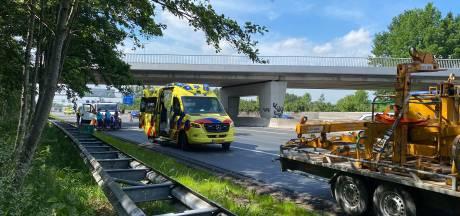 Wegwerker raakt gewond bij kopstaartbotsing met afzettingsauto op A12 bij Veenendaal