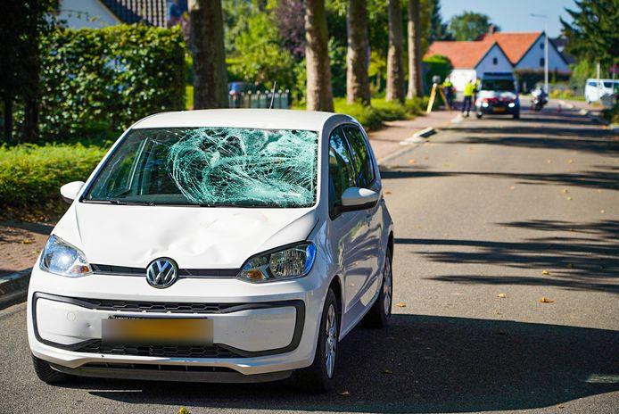 De beschadigde auto na de aanrijding vanochtend op de Pannerdenseweg in Doornenburg.