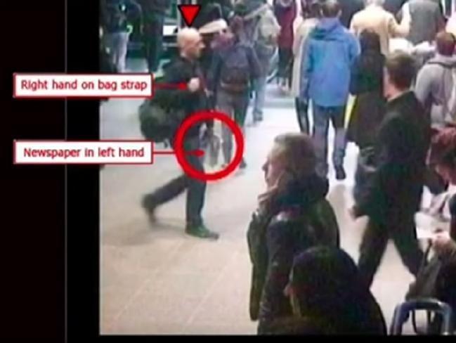 Camerabeelden hebben aangetoond dat Pearson een krant en rugzak vasthad.