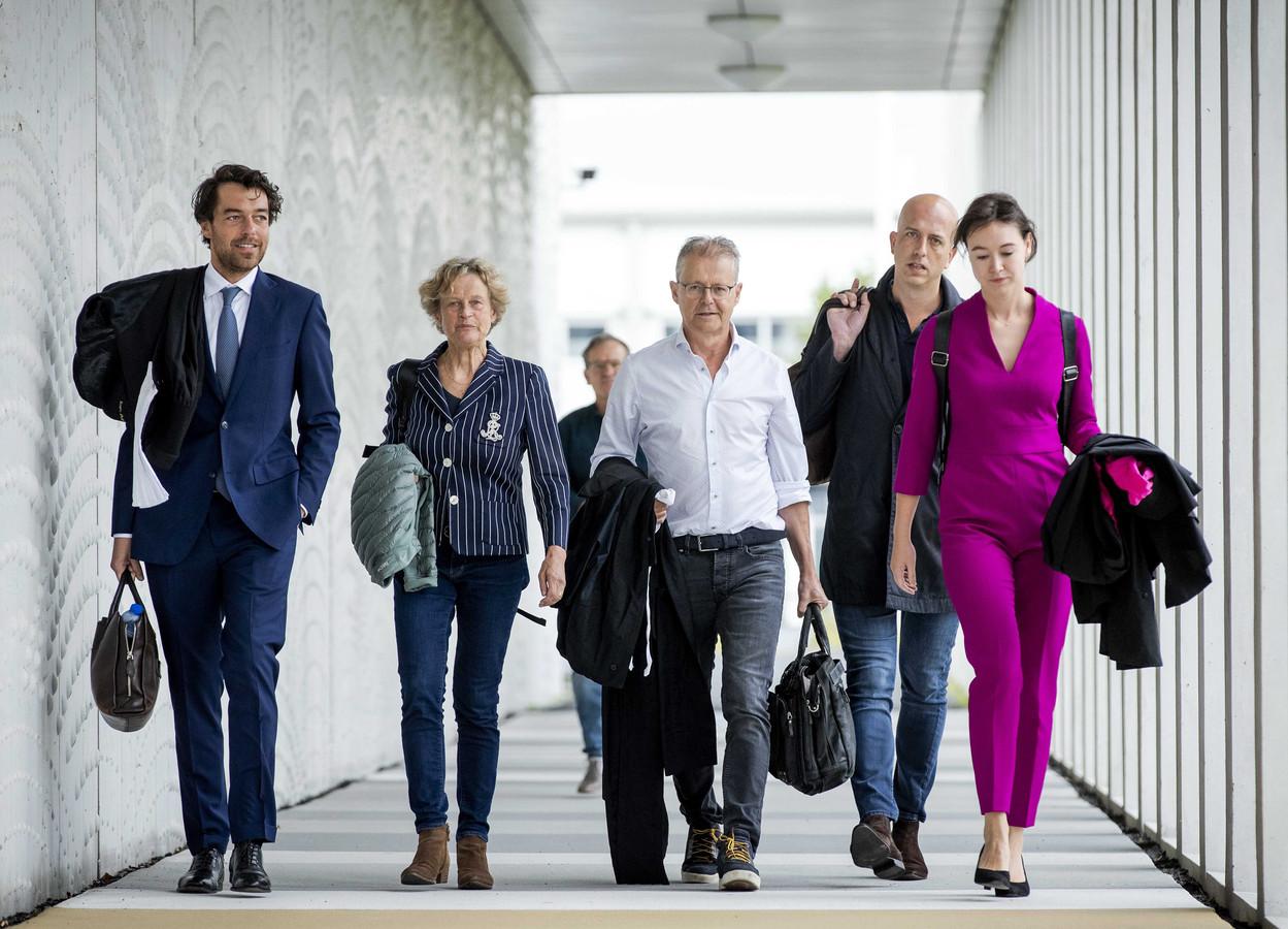 Advocaten van het kantoor Ficq & Partners Advocaten komen aan bij de beveiligde rechtbank op Schiphol