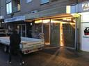 De ramen van deze winkel aan de Raadhuisstraat worden dichtgetimmerd.