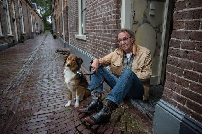 Gitarist Berry Selles uit Kampen met zijn hond Shelby in de Spuistraat .