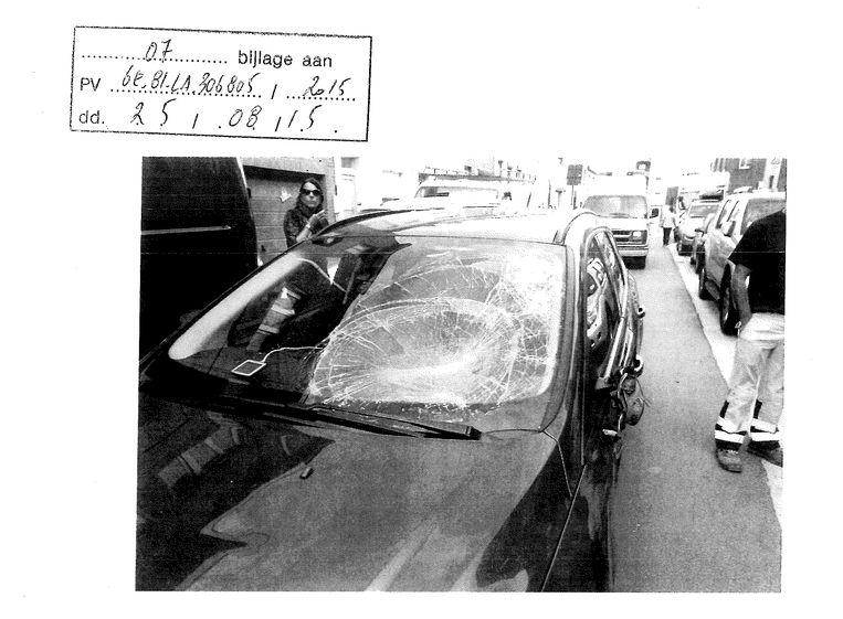 Foto's uit het politiedossier tonen een verbrijzelde voorruit, een deuk in de motorkap en een buitenspiegel die is afgerukt. Beeld rv