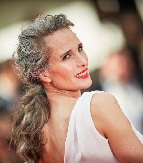 """Andie MacDowell assume ses cheveux gris: """"Ça me donne du pouvoir, je ne fais plus semblant"""""""