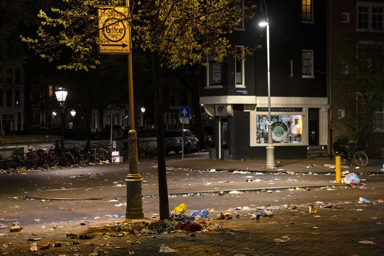 Rommel op straat, na het intreden van de avondklok.  Beeld ANP