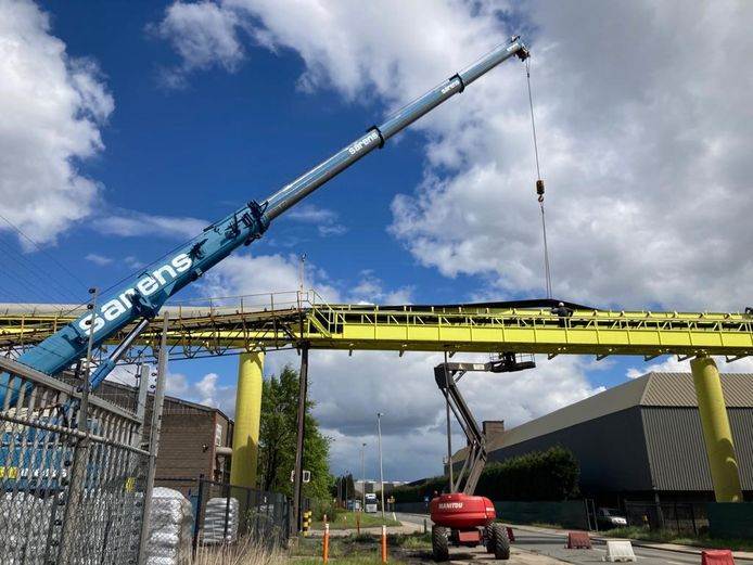 Met een kraan van Sarens werd de transportband woensdag veilig en wel teruggeplaatst in het frame.