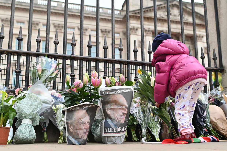 Bloemen voor de poorten van Buckingham Palace. Beeld AFP