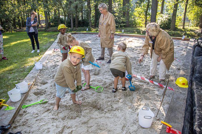 De leerlingen van de groepen 1 en 2 van basisschool De Wegwijzer graven naar bodemschatten in de Archeokuil in Nieuwleusen.