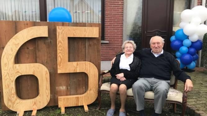 Kleinkinderen verrassen grootouders die 65ste huwelijksverjaardag vieren