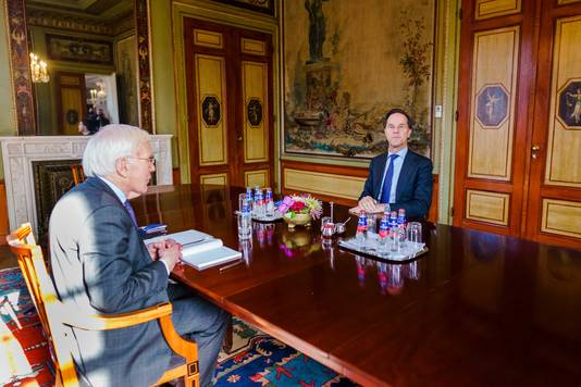 Herman Tjeenk Willink aan tafel met VVD-leider Mark Rutte.