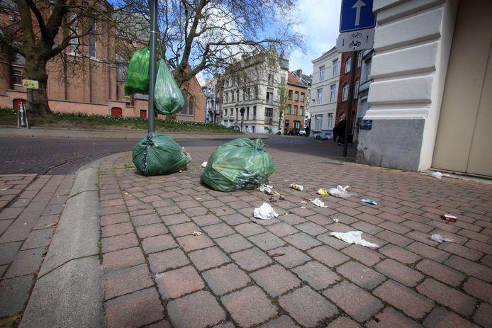 Beeld ter illustratie. Situaties zoals hier nabij de Sint-Jozefskerk kunnen door een snellere vuilnisophaling vermeden worden.