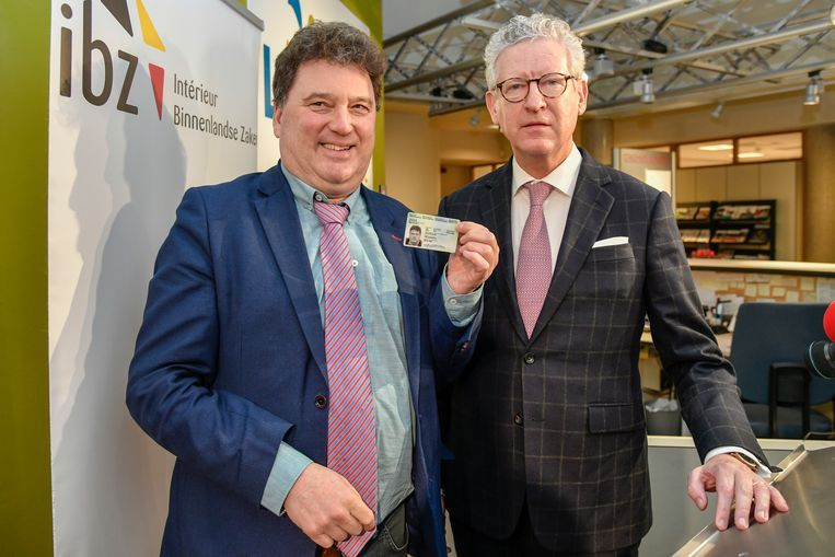 Lokers burgemeester Filip Anthuenis ontving als eerste Lokeraar de nieuwe elektronische identiteitskaart. Beeld Geert De Rycke
