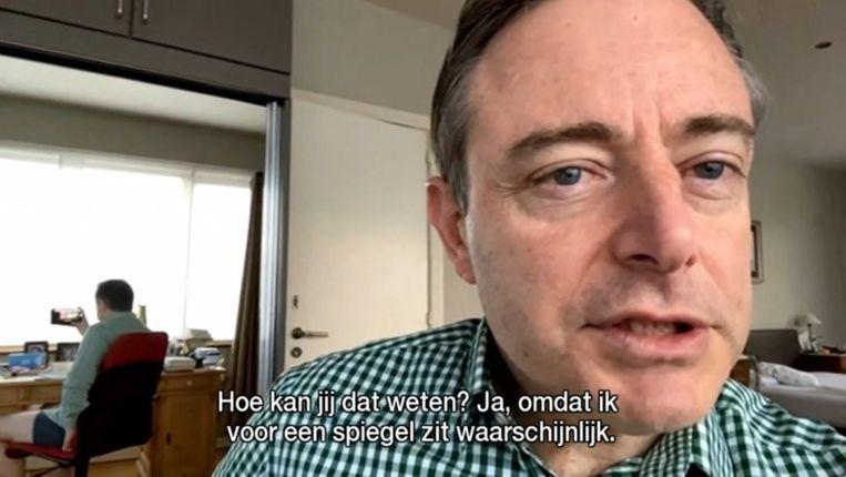De Antwerpse burgemeester had voor een nieuwjaarsinterview bij Radio 2 zijn mooiste ruitjeshemd aangedaan en droeg daarnaast enkel een onderbroek, die per ongeluk in beeld kwam. Beeld Radio 2