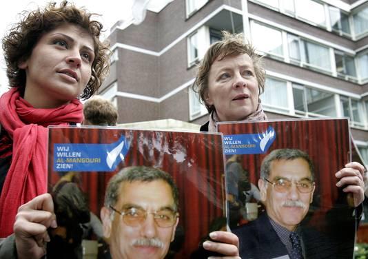 Demonstranten tonen een foto van Abdullah al-Mansouri