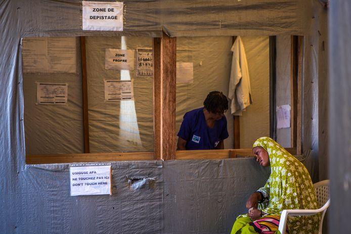 Een vrouw met mogelijk Ebola-symptomen wacht tot ze geholpen wordt in Goma.