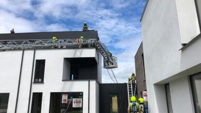 Roofingwerken veroorzaken smeulend vuur onder dak van woning in aanbouw