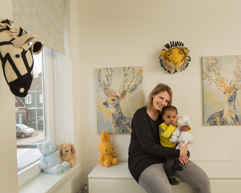 Thessa Sepers en haar zoontje Ian in de kinderkamer.