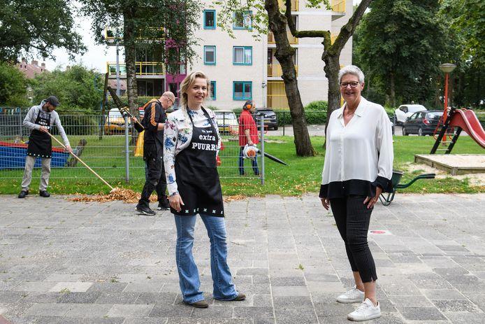 Directeur Henja Bartelink (rechts) van Stichting Enschedese Speeltuinen en Ellen Oudehinken van dagbesteding Extra Puurrr in speeltuin Voortsweg, waar bezoekers van de dagbesteding druk in de weer zijn met het onderhoud.