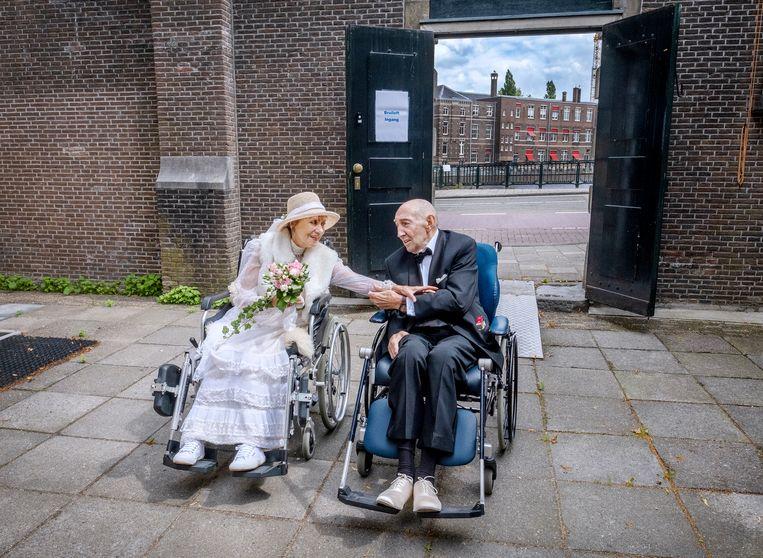 Het bruiloftsfeest van Annemiek (80) en Rodney (74) in het Sarphatihuis.  Beeld Patrick Post