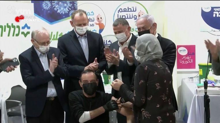 Op 3 januari al werd de miljoenste Israëli gevaccineerd. Dat gebeurde in aanwezigheid van premier Netanyahu (r.), die de campagne uitspeelt in de komende verkiezingen. Beeld VTM