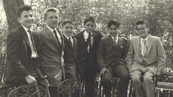 Donald Trump (tweede van links) in 1959, hij is dan 13, op de bar mitswah van een kennis. Dat jaar werd hij naar de militaire academie gestuurd.