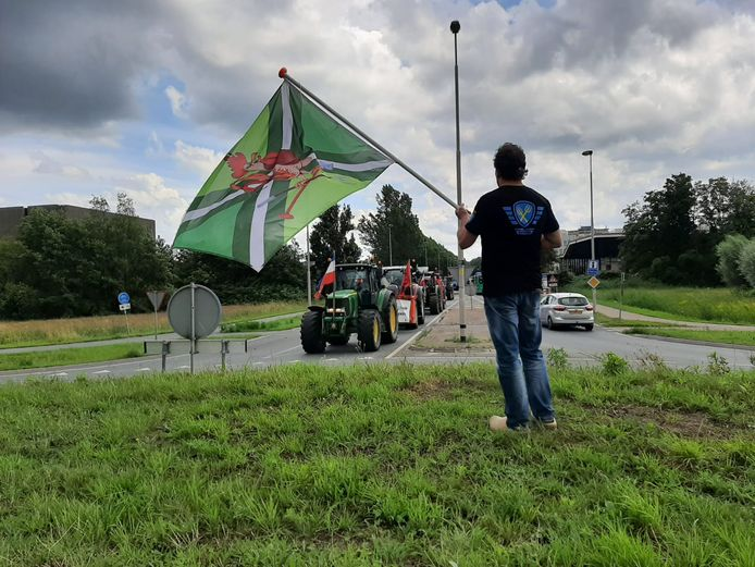 De stoet met trekkers arriveert in Wageningen.