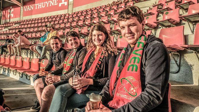 Pieter Deseyn (26), Tine Vandeburie (25), Wouter Deseyn (27) en Gilles Eggermont (27) appreciëren de geste van SV Zulte Waregem.