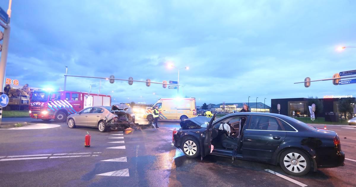 Drie personen gewond en twee autos zwaar beschadigd na botsing op kruispunt bij Velddriel.
