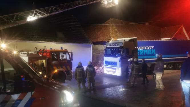 Aanhanger komt los van truck en dendert oude pantoffelfabriek binnen