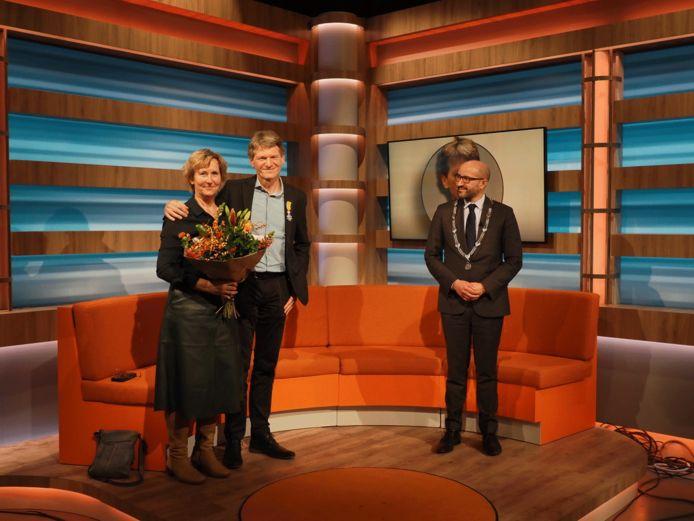 Omroep Gelderland-directeur Guus van Kleef samen met zijn echtgenote Marjan en burgemeester Ahmed Marcouch van Arnhem.