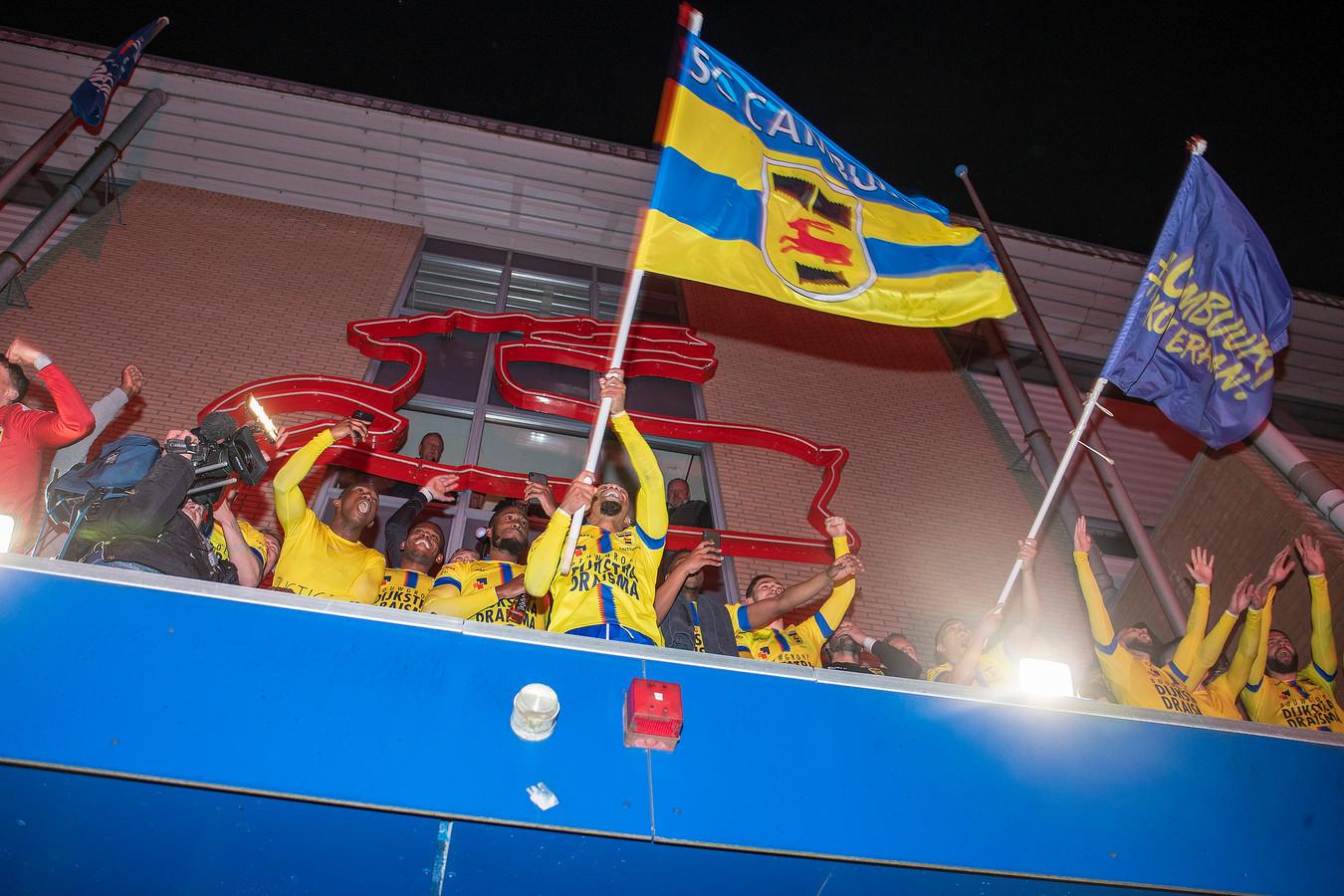 Cambuur viert feest op het bordes van het stadion.