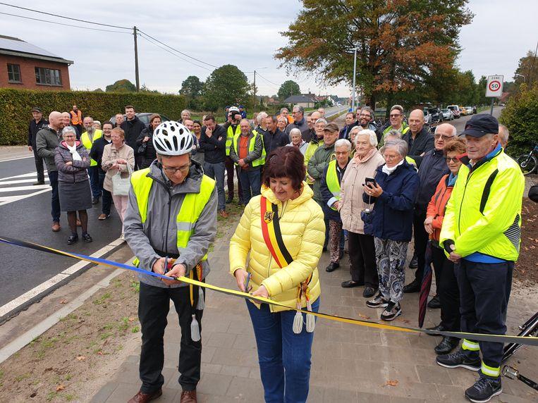 De burgemeesters van Kasterlee en Lille openen het nieuwe fietspad tussen Lichtaart en Poederlee.