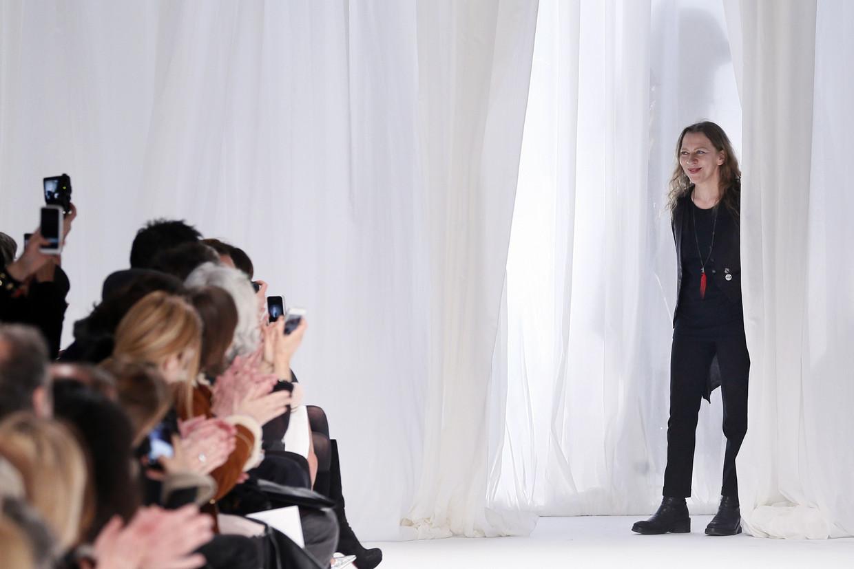 Ann Demeulemeester begroet het publiek na een modeshow in Parijs in 2013.  Beeld AFP