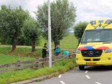 Wielrenner klapt tegen hek en raakt gewond