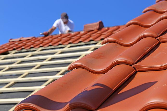 Voor het recht leggen van dakpannen vroegen de klusjesmannen 2000 euro.