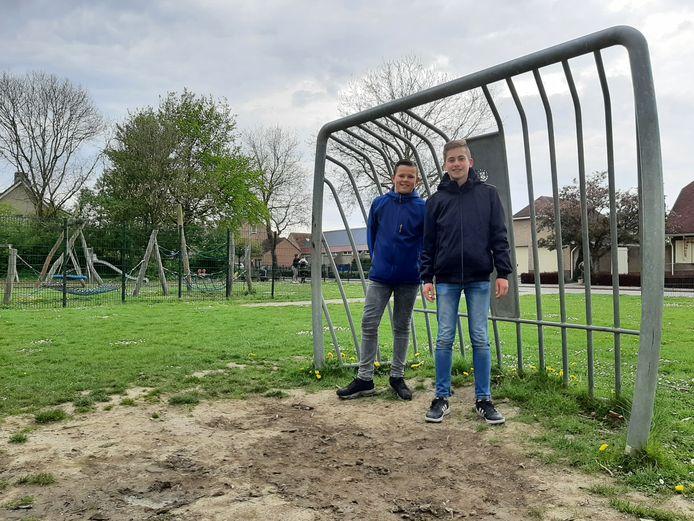 Seldon Dirksen en Mike Baas zijn blij dat het modderachtige veldje aan de Sint Felixstraat vervangen wordt door kunstgras.