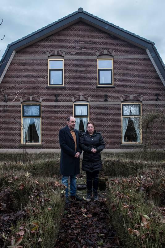 Els en Tom Bakker voor hun woning.