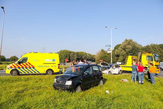 Zowel de zwarte als de witte auto had na het ongeluk flinke schade en moest worden afgesleept.