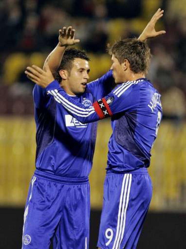 Sulejmani (l) en Huntelaar goed bij schot voor Ajax. Beeld UNKNOWN