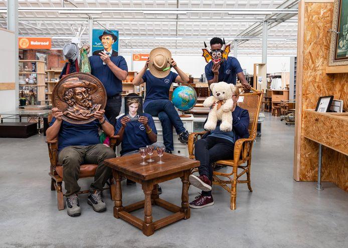 Het team van de Kringloopwinkel Meetjesland viert zaterdag feest.