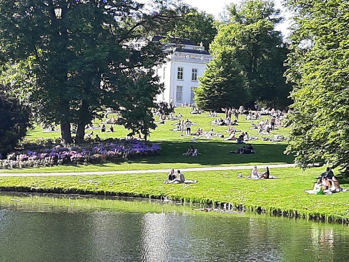 Park Sonsbeek in Arnhem is er in trek. In de namiddag stroomt het park vol met mensen die een plekje zoeken voor een picknick of borrel.