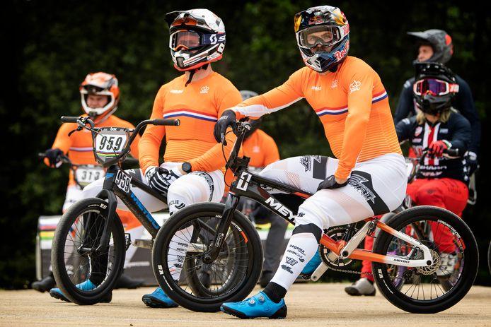 Twan van Gendt (rechts) nam zondag als titelverdediger met startnummer 1 afscheid als BMX'er. Hij wil zijn topsportcarrière voortzetten in het mountainbiken.