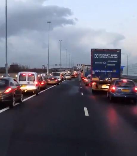 Ambulance 'dolblij' dat auto's op A15 aan de kant gaan